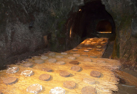 une cave d'affinage dans une grotte