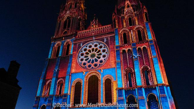 cathedrale de chartres illuminée orange et bleu