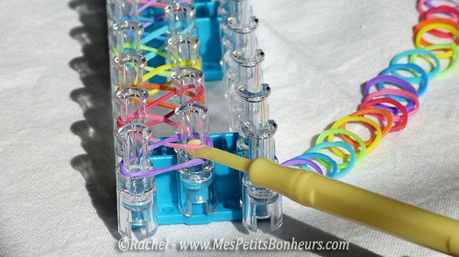 rainbow loom attraper l'elastique dans le picot
