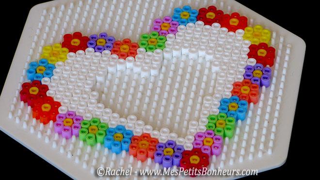 Cadre photo coeur et fleurs en perles hama pour la f te - Coeur perle a repasser ...