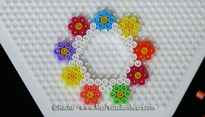 modele cadre photo hexagone et fleurs perles Hama