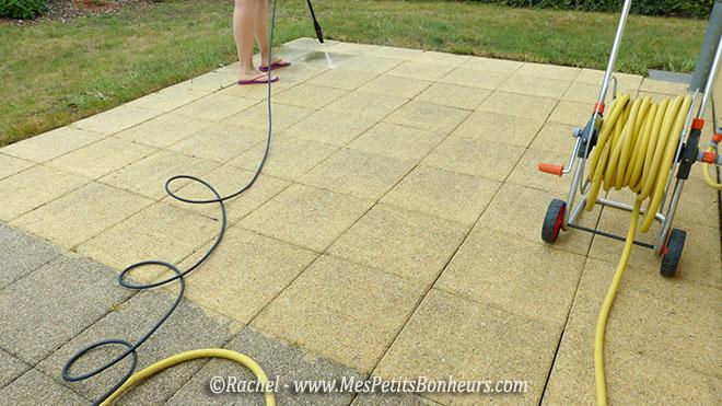 Miss teste un nettoyeur haute pression chez sa mamie for Nettoyage terrasse eau de javel
