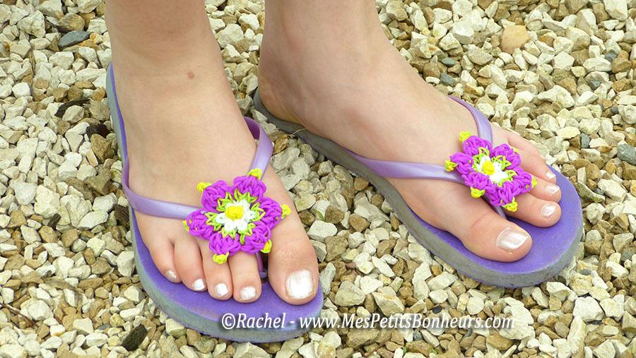 tongs et fleurs violettes en élastiques
