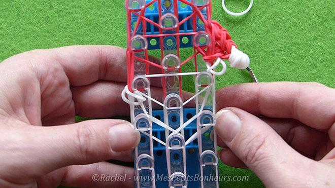 Tuto Père Noël en élastiques Rainbow Loom pour la déco du sapin.Image fixe015
