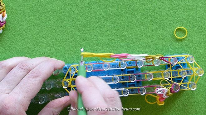 Tuto oeuf de paques en elastiques rainbow loom.Image fixe019