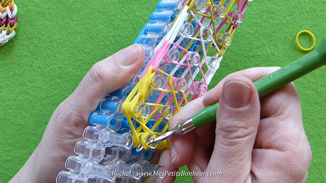 Tuto oeuf de paques en elastiques rainbow loom.Image fixe025