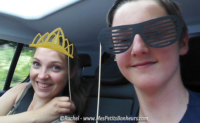 selfie couronne et lunettes rayées