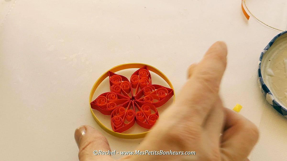 fleur-quilling-dans-boule-de-noel