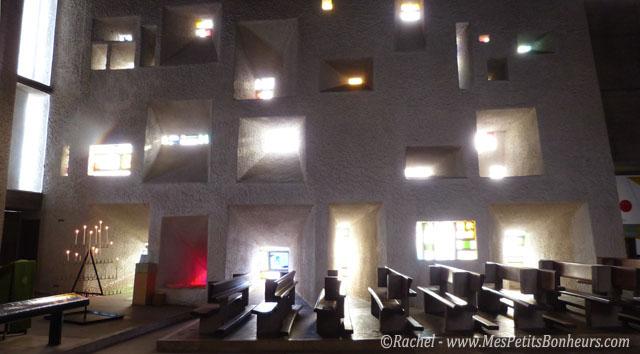 Point sur le vitrail contemporain en France. Chapelle-le-corbusier-ronchamp_lumi%C3%A8re-fa%C3%A7ade-int%C3%A9rieur