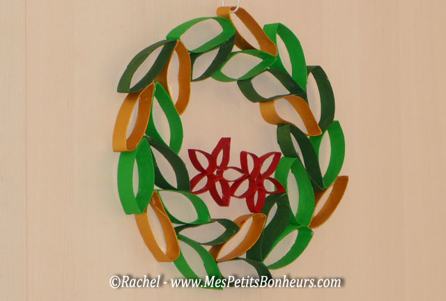 Bricolage couronne de no l avec des rouleaux en carton de - Fabriquer une couronne de noel en sapin ...
