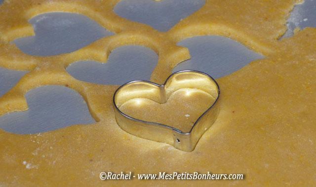 déccoupe de coeurs dans la pâte sablée