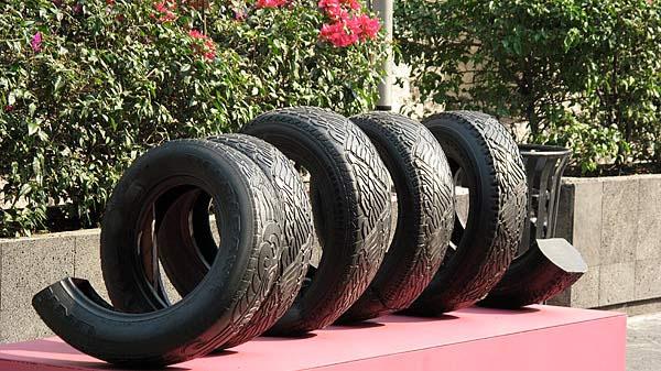 sculptures d 39 animaux en pneus du recyclage pour de l 39 art. Black Bedroom Furniture Sets. Home Design Ideas