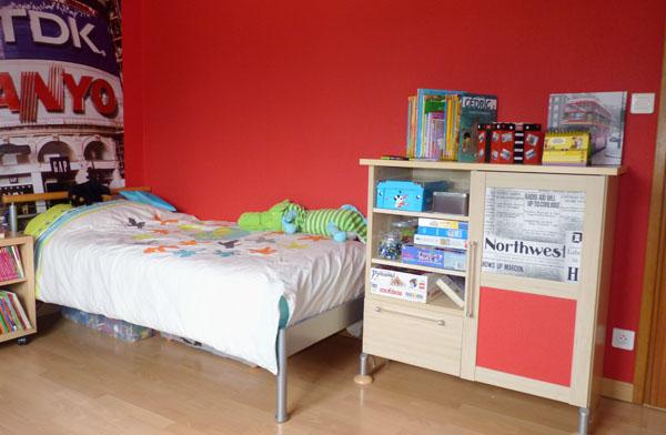 Chambre enfant d co rouge gris et blanc et rangements pratiques pour tim for Chambre blanc gris et rouge