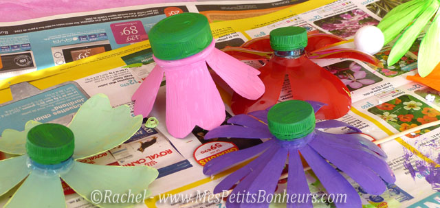 Bricolage fleurs en bouteilles plastique du recyclage pour un cadeau for Peindre sur du plastique